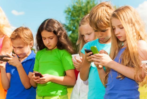 """Il """"collo da sms"""", il nuovo rischio per i bambini"""