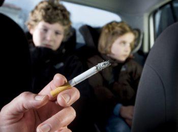 Dal 2 febbraio è vietato fumare in auto con i bambini