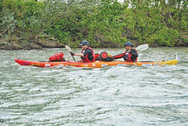 Due uomini in barca con Un Po in viaggio