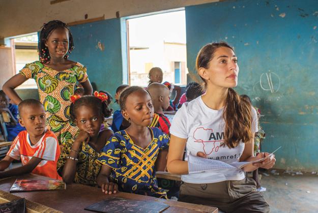Una Bond Girl per le ostetriche in Africa