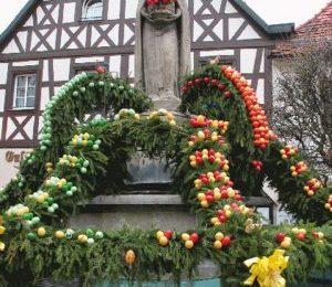 """Osterbrunnen, la tradizionale """"fontana delle uova"""" della Pasqua tedesca"""
