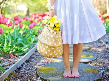 Bambini in visita ai giardini in fiore più belli d'Italia