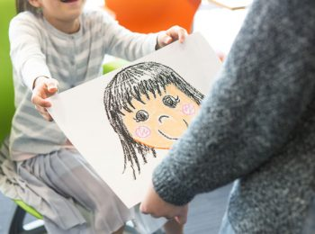 Il regalo alla maestra: idee last minute che dicono davvero grazie