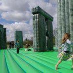 Un'opera d'arte su cui saltare: a Milano arriva la Stonehenge gonfiabile di Jeremy Deller
