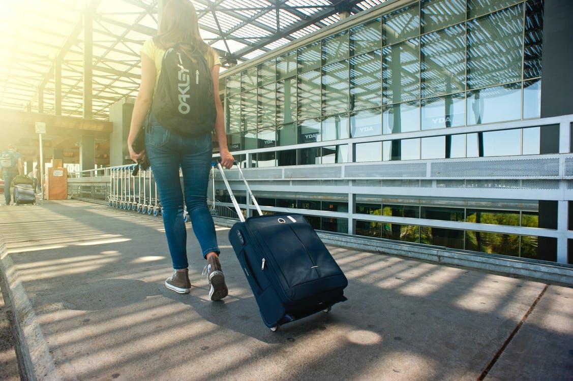 Figli all'estero: ragazzi con la valigia e genitori a distanza