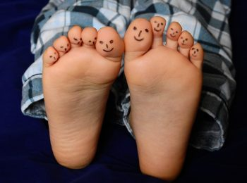A piedi nudi: i benefici dello stare scalzi per grandi e piccini