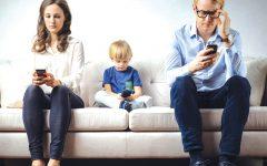 GG genitore con smartphone