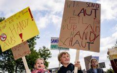 Una manifestazione contro i genitori che stanno troppo al cellulare