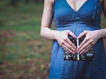 La manovra rivoluziona il congedo parentale: mamme a lavoro fino al parto e cinque i giorni di paternità
