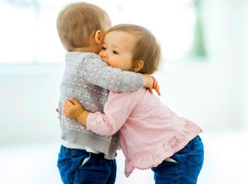In Danimarca i bambini imparano ad abbracciarsi a scuola