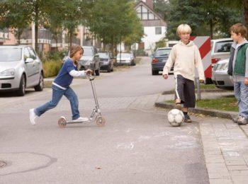 """In Germania esistono le """"strade di gioco"""" dove le auto si fermano e i bambini possono giocare"""