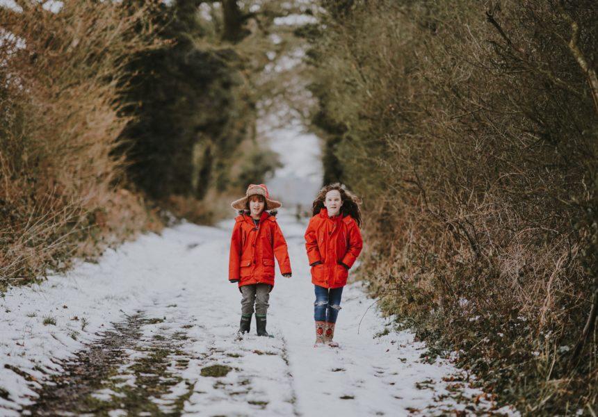 bambini giocare aria aperta freddo