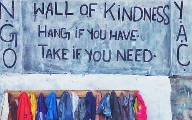 Il muro della gentilezza: un cappotto per tutti
