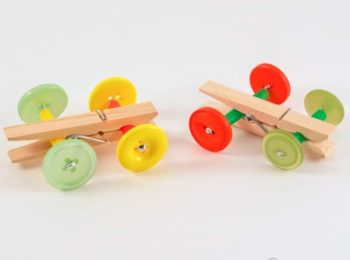 Un'automobilina giocattolo fatta in casa