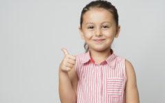 lettera aperta genitori bambina pollice su