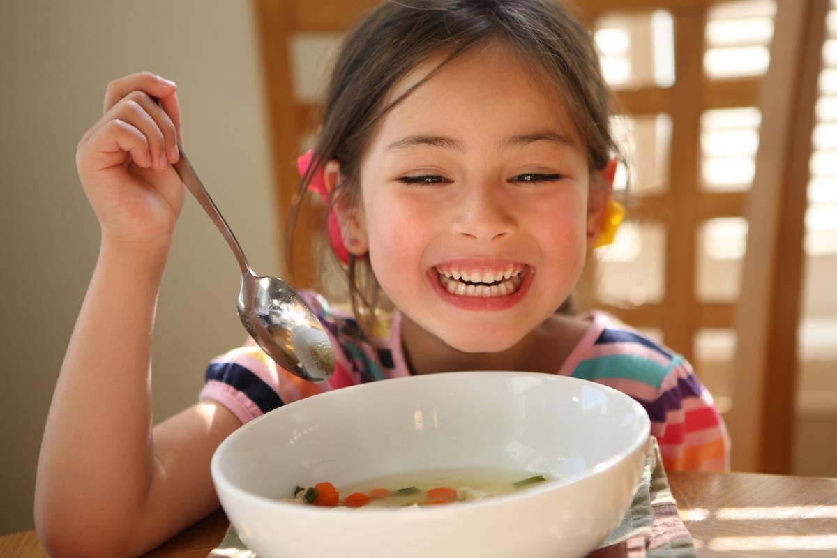 """""""O ti mangi questa minestra…"""": le zuppe creative che piacciono a tutta la famiglia"""